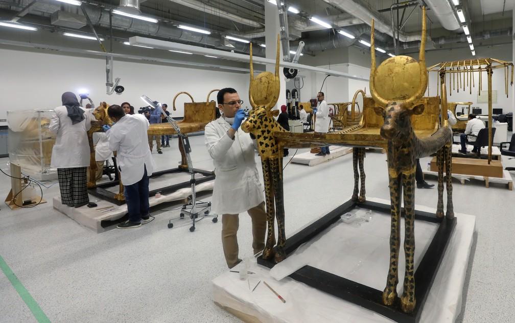 Peça que pertenceu ao faraó Tutancâmon em restauração no Egito — Foto: Mohamed Abd El Ghany/Reuters