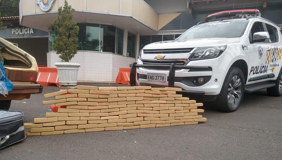 Casal é preso com vários tijolos de maconha no porta-malas de carro em Marília — Foto: Polícia Rodoviária/Divulgação