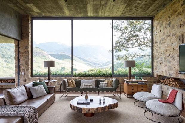 Décor do dia: madeira e pedra na sala de estar (Foto: FRAN PARENTE)