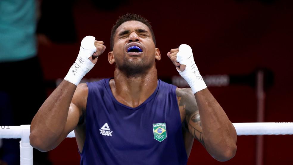 Abner Teixeira, em luta das quartas do boxe — Foto: Reuters