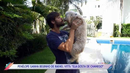 Rafael Vitti apresenta seus 'filhos cachorros' com Tatá Werneck