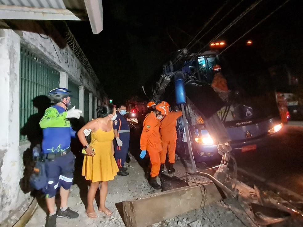 Turistas foram resgatados pelos bombeiros após ficarem mais de uma hora presos no ônibus sob risco de choque elétrico, por conta da fiação que caiu sobre o veículo. — Foto: Rafaela Duarte/ SVM