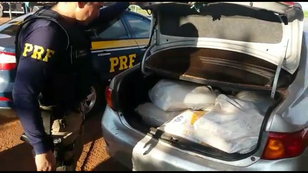 -  Tabletes de maconha no porta-malas do carro apreendido em MS  Foto: PRF/Divulgação