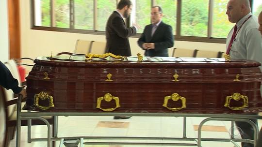 Corpo do jornalista Wianey Carlet é sepultado em Viamão
