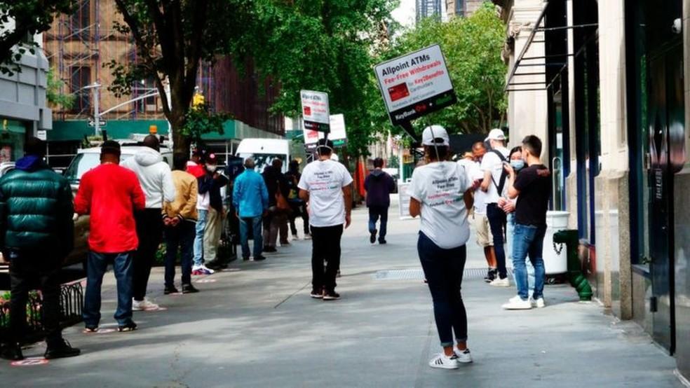 Muitas pessoas que perderam seus empregos agora recebem seguro-desemprego e outros tipos de assistência governamental — Foto: Getty Images via BBC