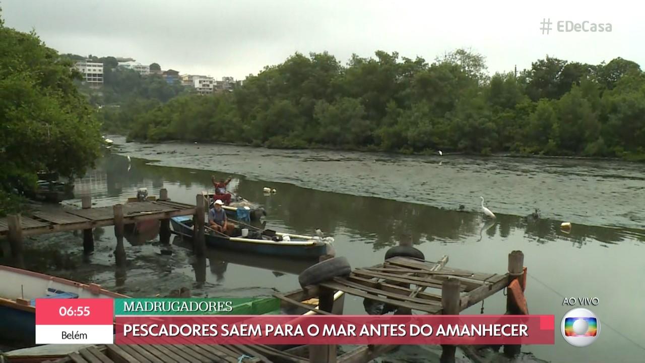 Pescadores saem para o mar antes do amanhecer