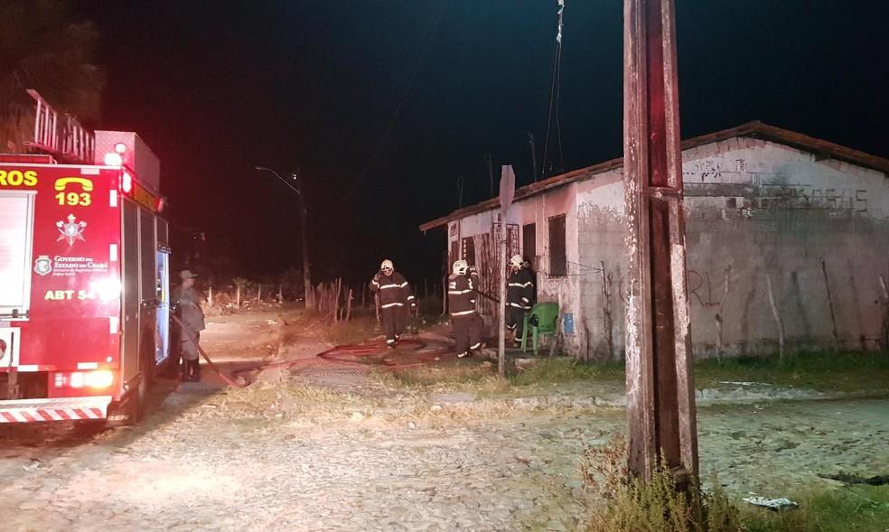 O Corpo de Bombeiros foi acionado após os criminosos invadirem uma residência e atearem fogo no local. — Foto: Rafaela Duarte/ Sistema Verdes Mares