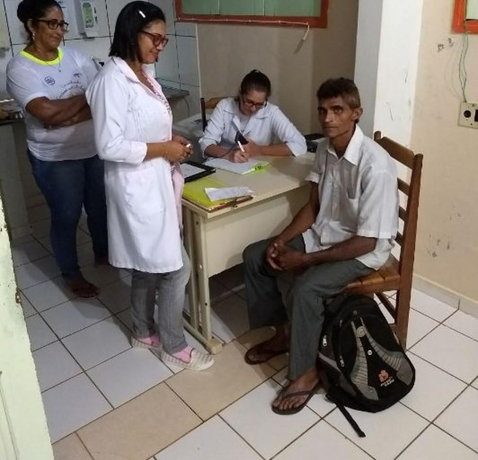 Após ser resgatado, agricultor passou por atendimento médico em unidade de saúde  (Foto: Divulgação/Corpo de Bombeiros )