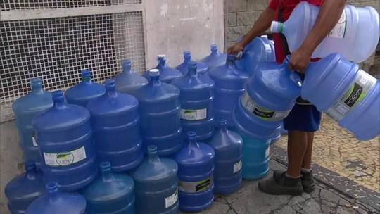 Venda de galões d'água dobra no RJ com queixas sobre água turva