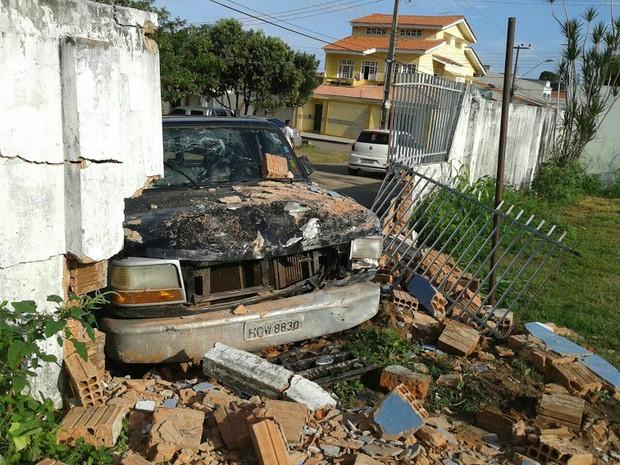 Motorista quebra muro e fica com ferimentos leves (Foto: Luís de França/ TV Mirante)