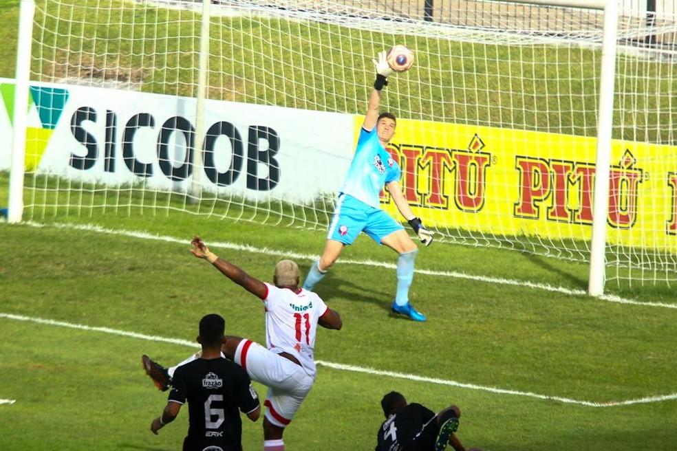 Goleiro Zé Artur defende chutaço de Luan Silva — Foto: Alexandre Lago