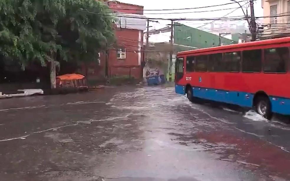 Alagamento no bairro da Calçada, em Salvador (Foto: Imagem/TV Bahia)