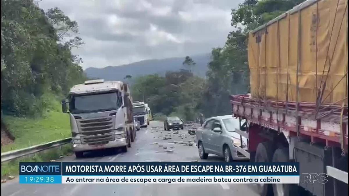 Motorista de caminhão é prensado pela carga após entrar em área de escape da BR-376