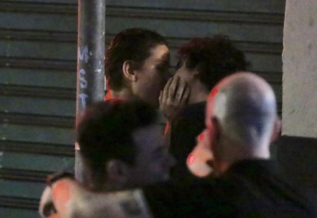 Leandra Leal e George Sauma são vistos aos beijos no Rio de Janeiro (Foto: Thiago Martins/AgNews)