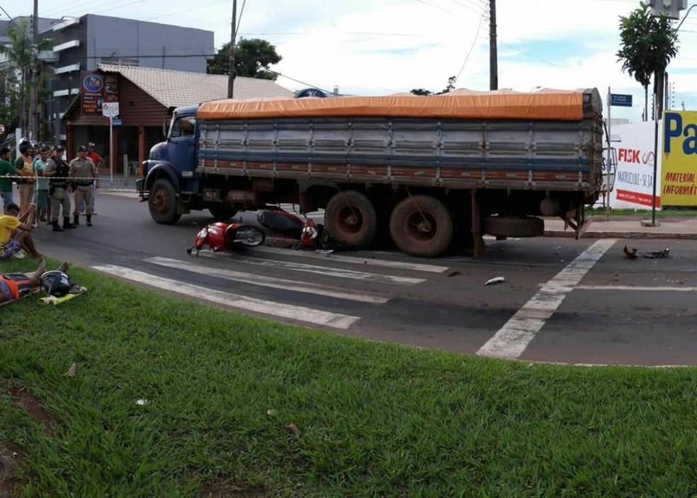 Colisão entre caminhão e motocicletas foi registrada em Araguaína (Foto: Divulgação/Bombeiros)