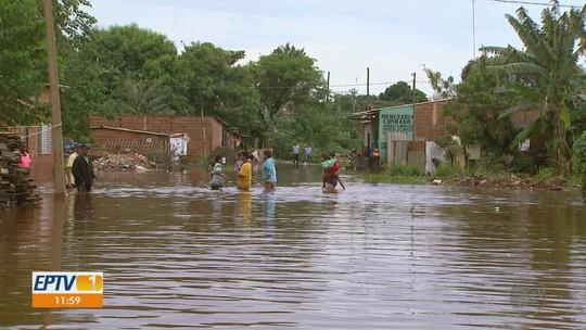 Famílias contabilizam prejuízos e tentam recomeço após enchente em favela em Ribeirão Preto