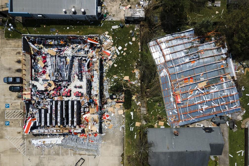 Imagem aérea mostra prédio destelhado após passagem do furacão Laura em Lake Charles, no estado de Louisiana, EUA, nesta quinta-feira (27) — Foto: Mark Mulligan/Houston Chronicle via AP
