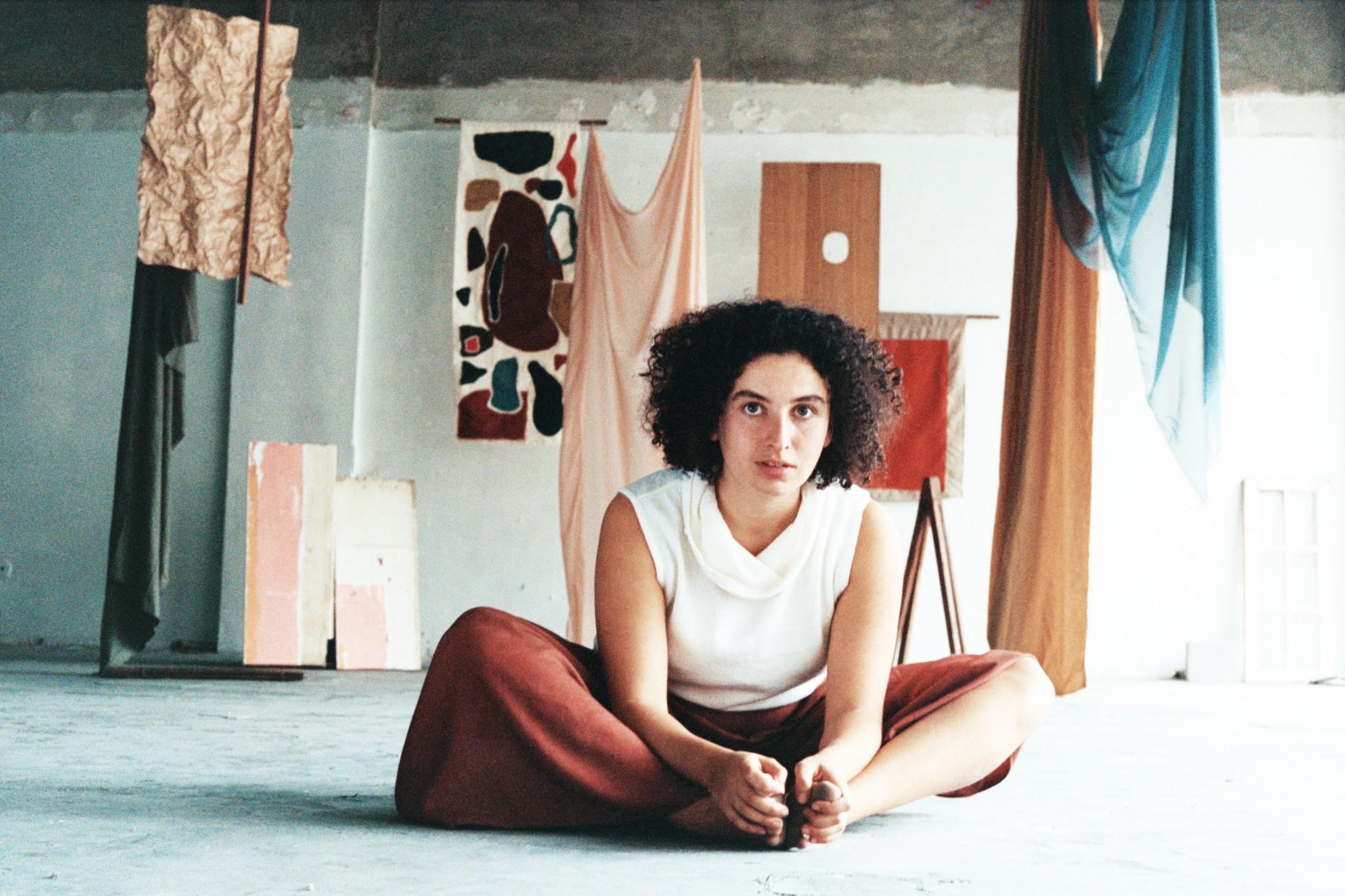 Dora Morelenbaum encontra a própria turma no EP 'Vento de beirada'