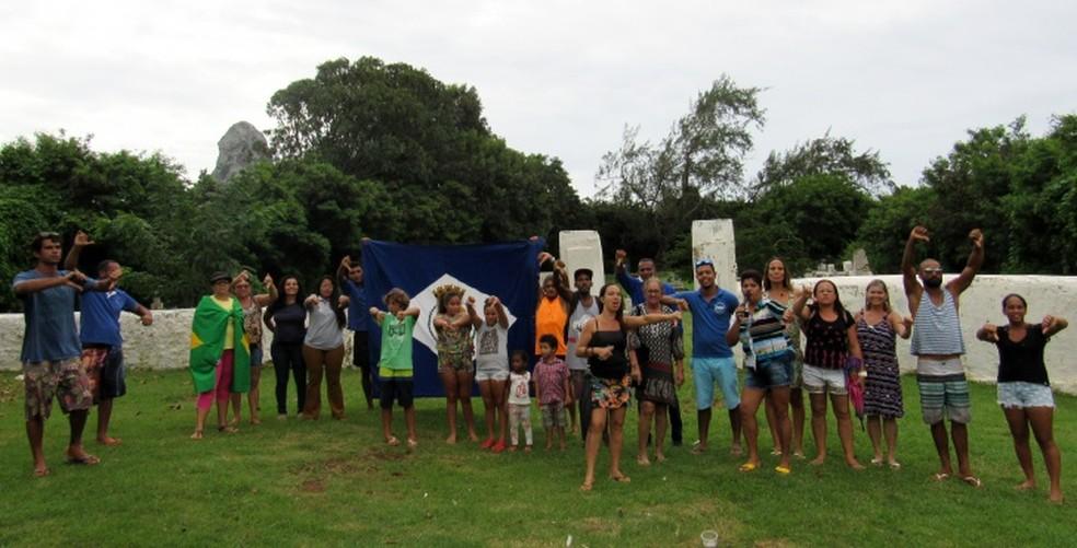 Os moradores fizeram uma parada em frente ao cemitério  (Foto: Ana Clara Marinho/TV Globo )