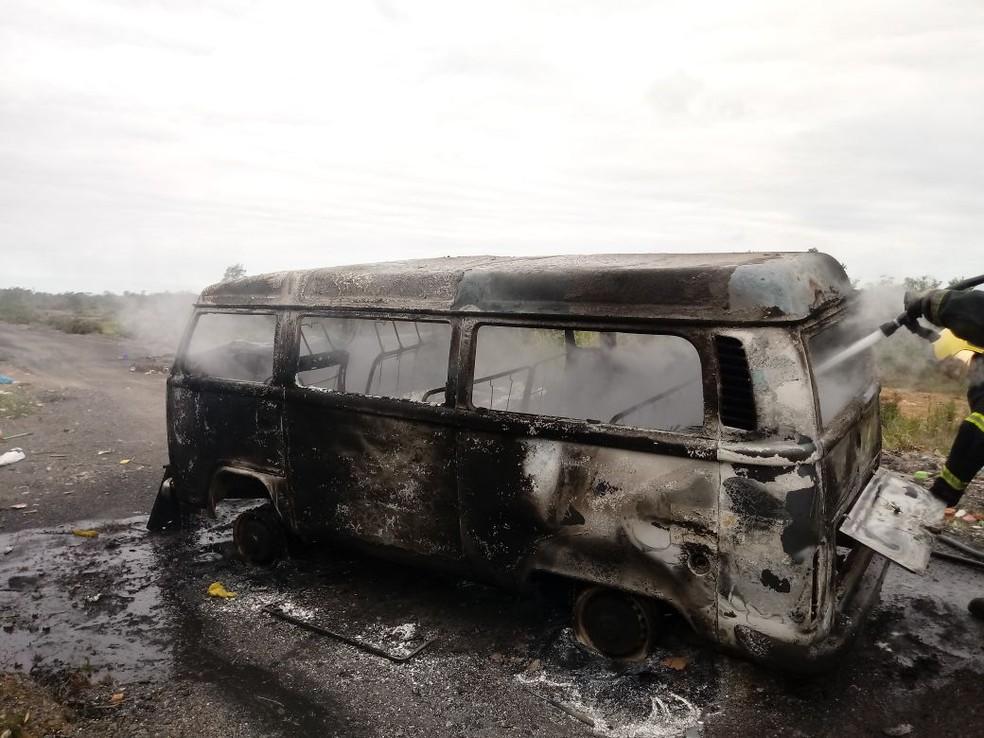 Veículo ficou totalmente destruído em Criciúma (Foto: Corpo de Bombeiros/Divulgação)