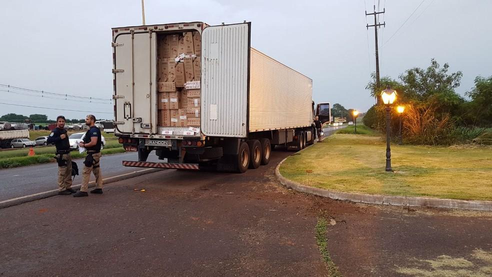 O condutor apresentou uma nota adulterada de frangos congelados que haviam sido carregado em Pato Bragado (Foto: PRF)