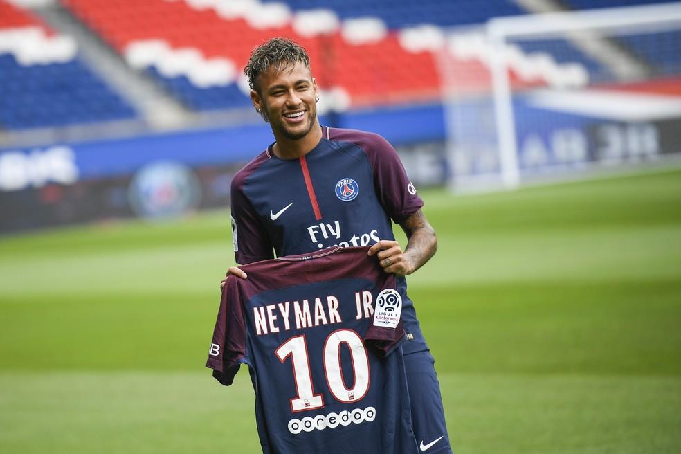 Neymar foi apresentado nesta sexta-feira no Paris Saint-Germain (Foto: AFP)