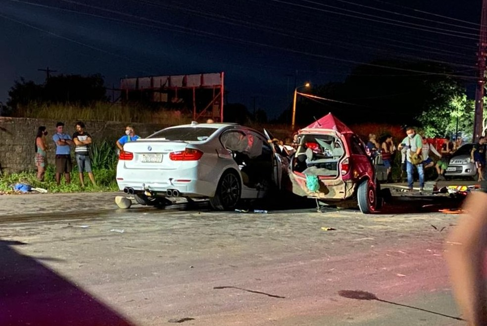 Situação dos dois veículos após a colisão. No carro vermelho estava o casal que morreu — Foto: Reprodução