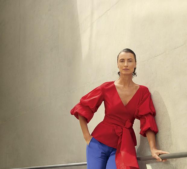Blusa Carolina Herrera, R$ 2.310. Calça Emilio Pucci, R$ 3.880 (Foto: Cassia Tabatini (Groupart))