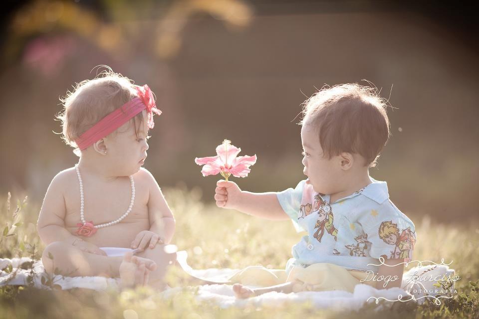 A foto premiada mostra Murilo entregando uma flor para outra garotinha, também com Down (Foto: Diogo Loureiro)