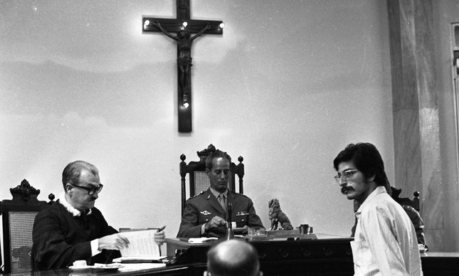 Fernando Gabeira (de bigode) julgado na 1ª auditoria do Exército pelo sequestro do embaixador dos EUA Charles Elbrick