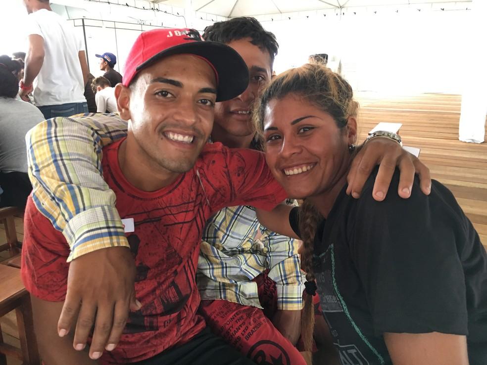 No sentido horário: Miguel Dominguez, 23, Luis Vivas, 25, e Lilibeth Abreu, 26, recolhidos de acampamento nas ruas — Foto: Emily Costa/G1 RR