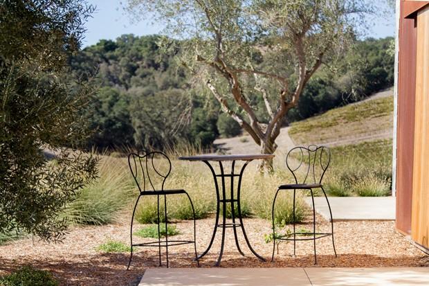 Uma casa com jardim em meio aos vinhedos na Califórnia (Foto: Chris Leschinsky/ Divulgação)