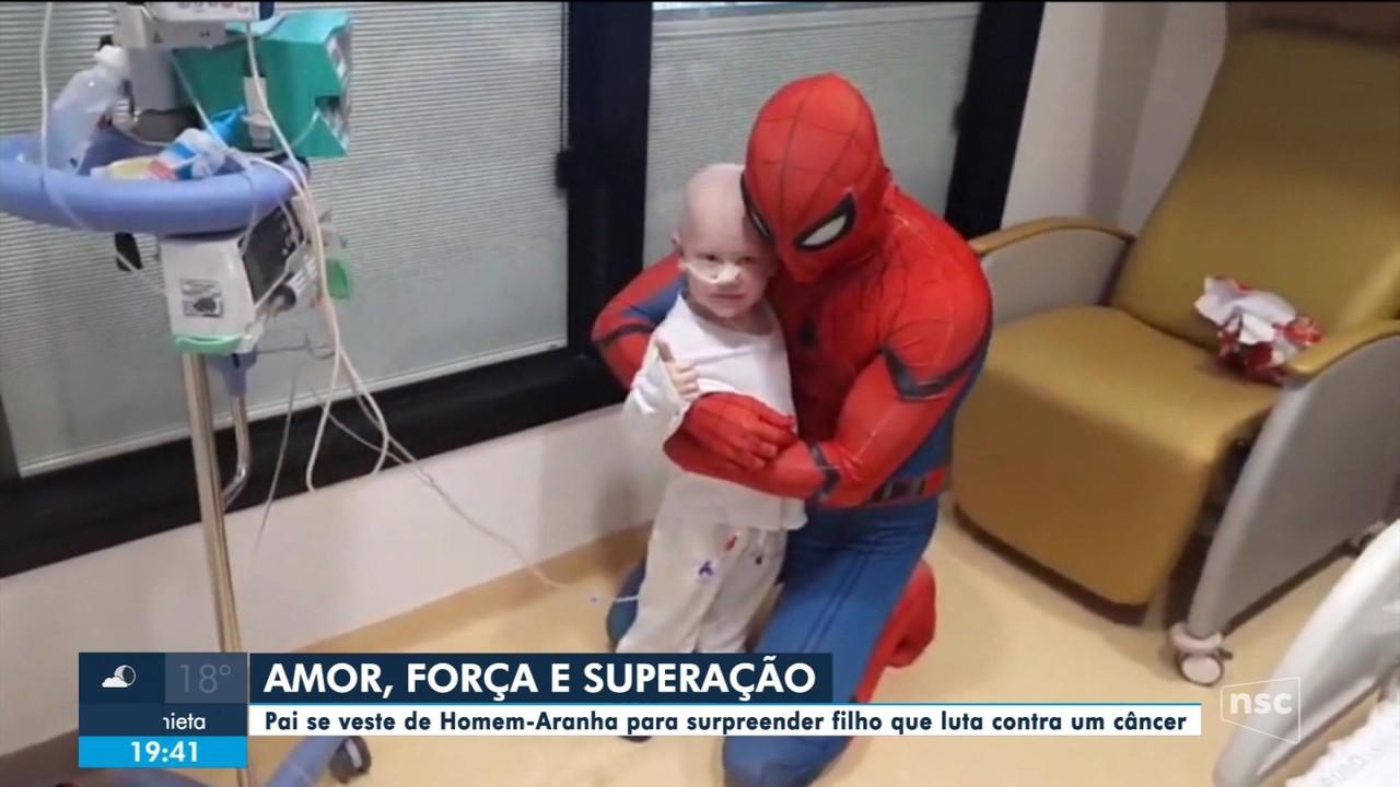 Pai se veste de Homem-Aranha para surpreender filho que luta contra um câncer