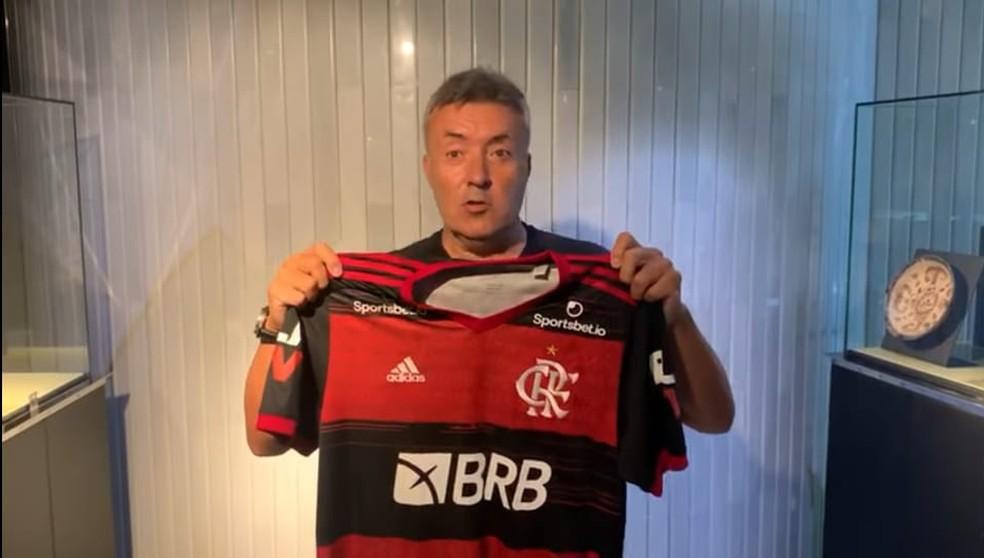 Domènec Torrent posa com a camisa do Flamengo — Foto: Reprodução
