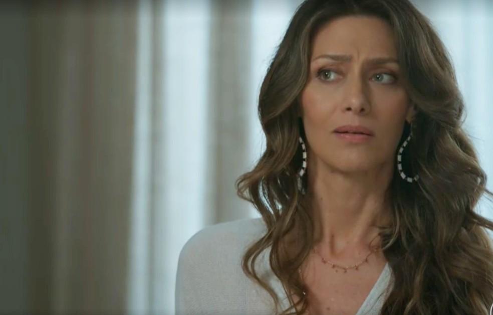 Em 'A Força do Querer', Joyce (Maria Fernanda Cândido) teme que Ivana (Carol Duarte) diga que é lésbica — Foto: Globo