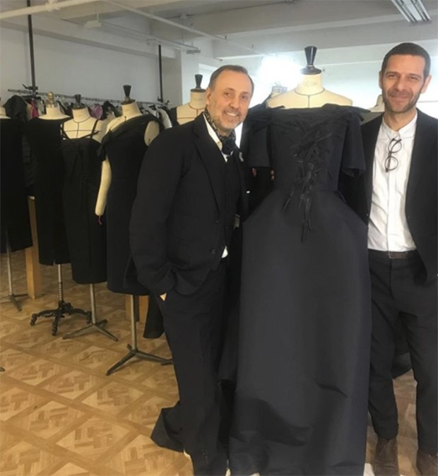 Prepping for New York's store buyers: Herve Pierre with Nicolas Caito as they develop a fashion business together, starting with just 12 short and long dresses in midnight blue or black, streamlined on the surface, but rich in delicate details. (Foto: @suzymenkesvogue)