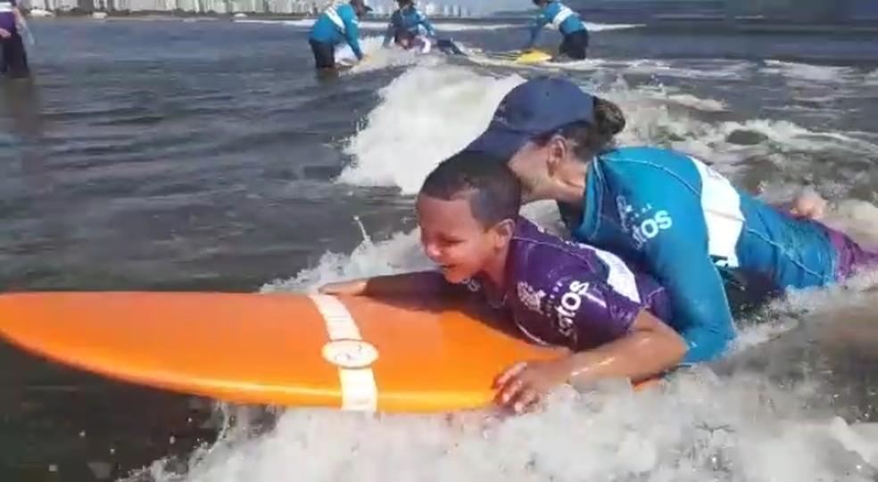Hoje criança já consegue surfar com avanços de tratamento  — Foto: Arquivo pessoal