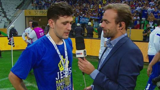 Roger conversa com Arrascaeta e Lucas Silva no gramado da Arena Corinthians