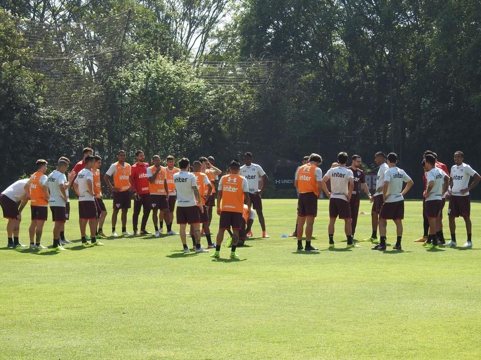 Torcida organizada se reúne com jogadores do São Paulo