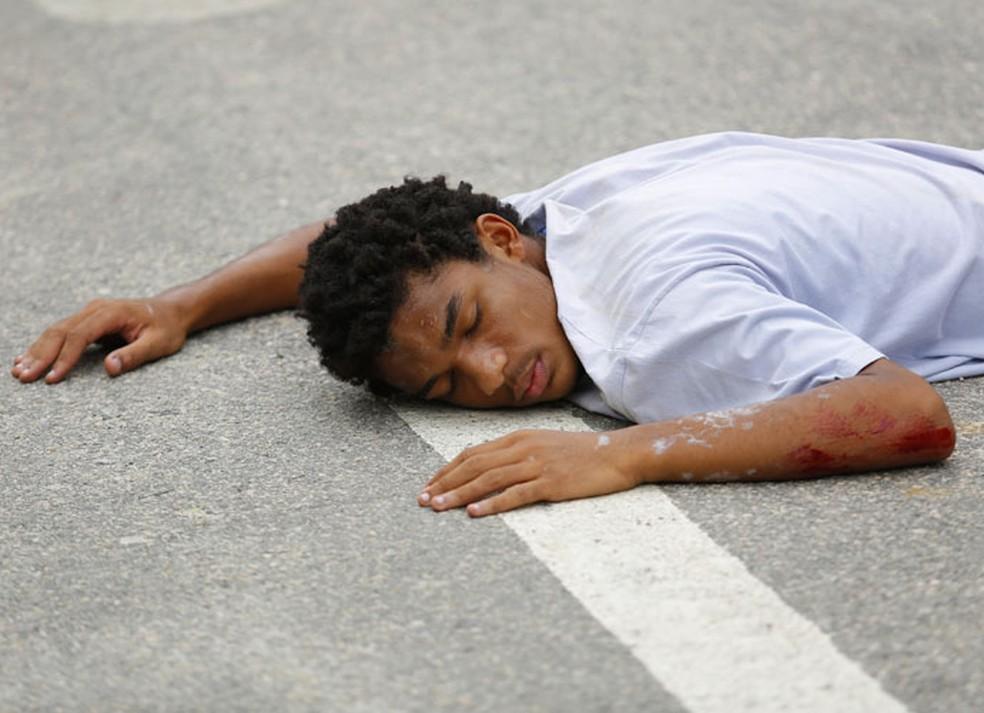 Wesley (Juan Paiva) é atropelado por Durão (Duplex) — Foto: Pedro Carrilho/Gshow