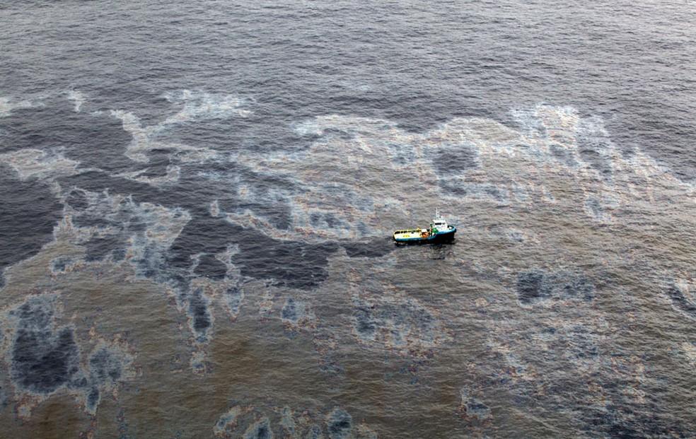 Imagem do dia 18 de novembro de 2011 mostra vista aérea de mancha de óleo na Bacia de Campos, no Rio (Foto: Divulgação Governo do Rio/AP)