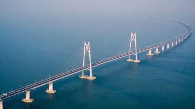 A ponte conecta as três principais cidades costeiras no sul da China - Hong Kong, Macau e Zhuhai - e será aberta ao trânsito nesta quarta (Foto: Getty Images via BBC News Brasil)