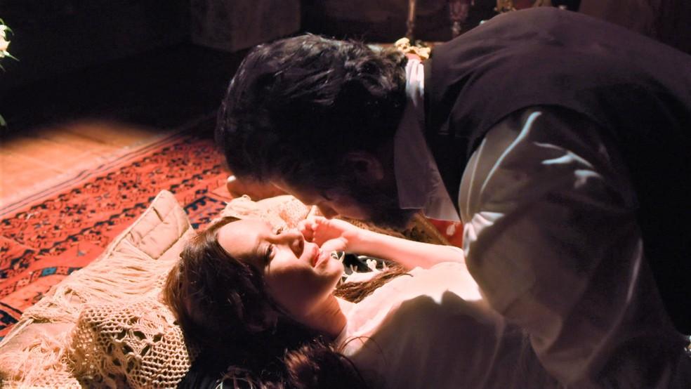 Dom Pedro II (Selton Mello) e Luísa (Mariana Ximenes) se entrega à paixão em 'Nos Tempos do Imperador' — Foto: Globo