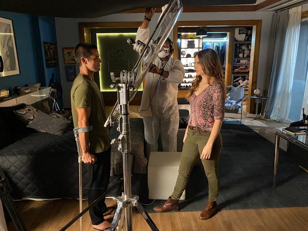 Felipe Simas e Juliana Paiva gravando com acrílico cenas de 'Salve-se Quem Puder' na pandemia — Foto: Danilo Togo/Globo