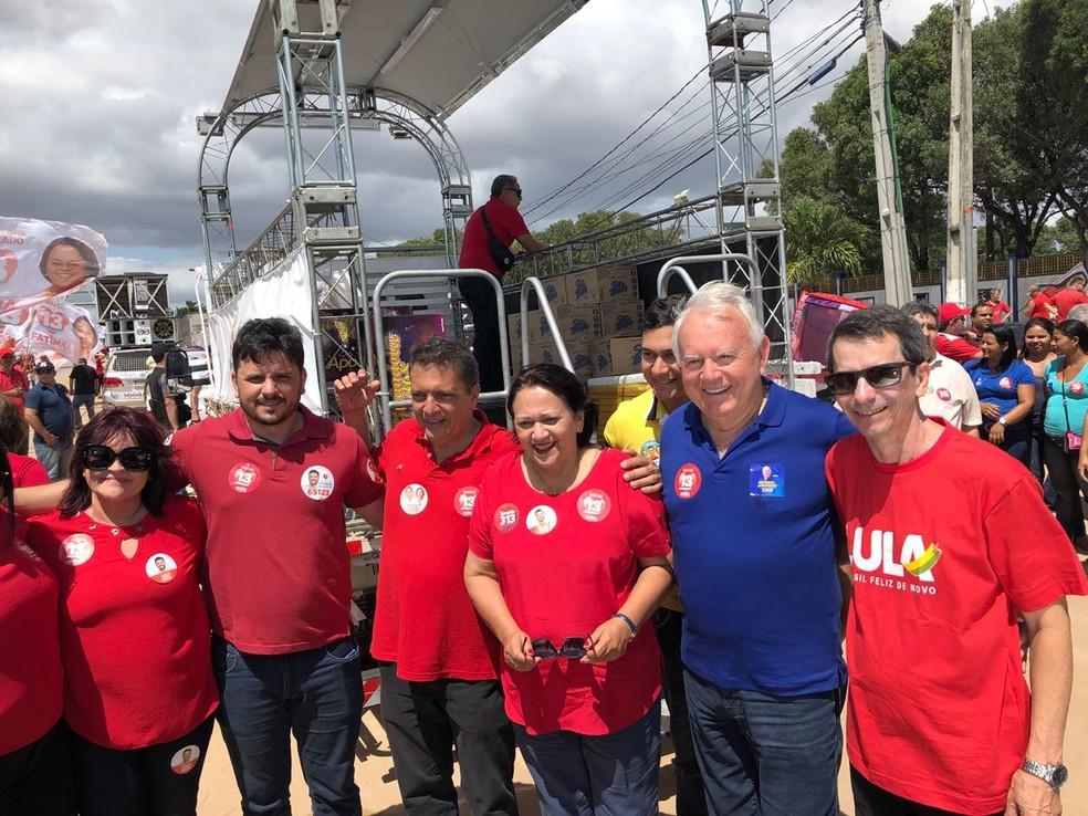 Fátima Bezerra (PT) se reuniu com correligionários em frente ao Parque Aristófanes Fernandes (Foto: Mariana Rocha/Inter TV Cabugi)