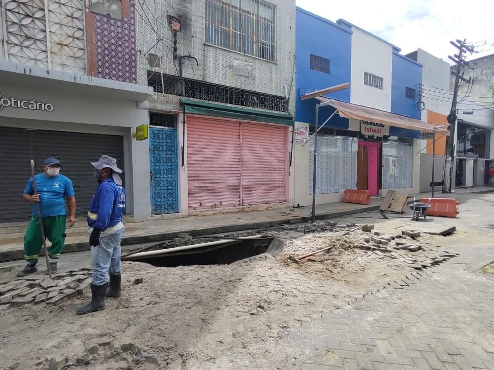 No local, o buraco tem cerca de 15 metros de profundidade.  — Foto: Eliana Nascimento/G1 AM