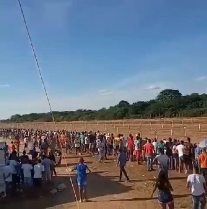 Aglomeração é registrada em evento de corrida de cavalos na cidade de Várzea da Roça