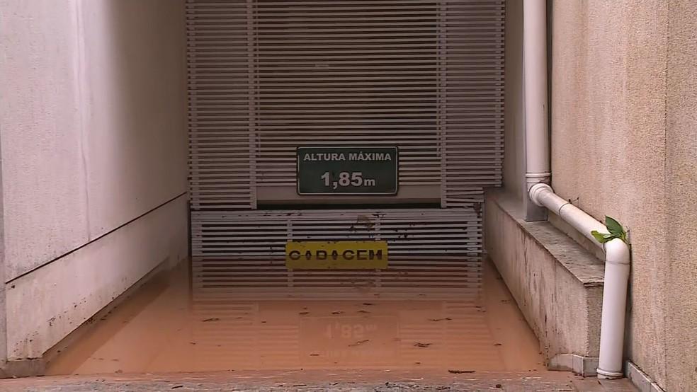 Garagem no bairro Lourdes, na Região Centro-Sul de BH, seguia alagada na manhã desta quarta-feira (29) — Foto: Reprodução/TV Globo