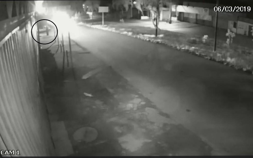 Câmera de um comércio perto do ponto de ônibus ajudou polícia a chegar até veículo usado no crime — Foto: Polícia Civil/Divulgação