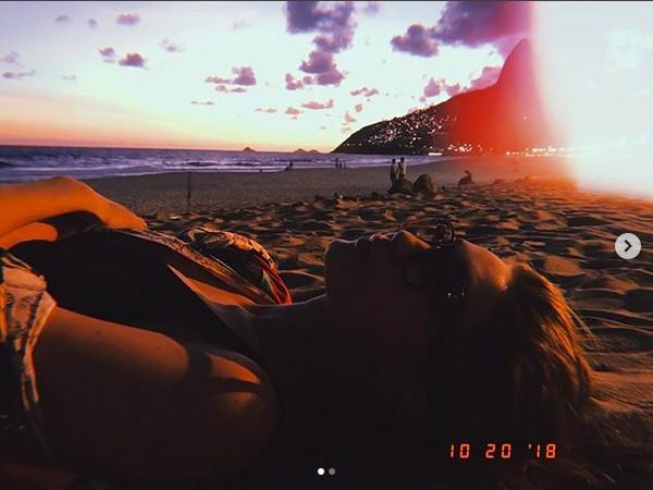 A modelo Gigi Hadid curtindo uma praia no Rio de Janeiro (Foto: Instagram)